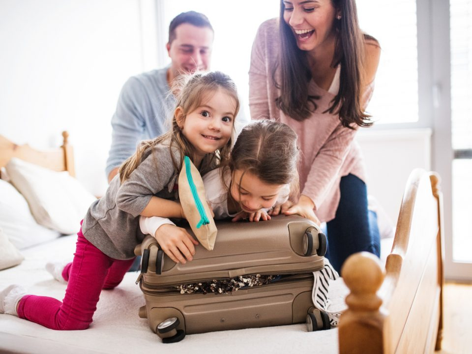familia fazendo malas