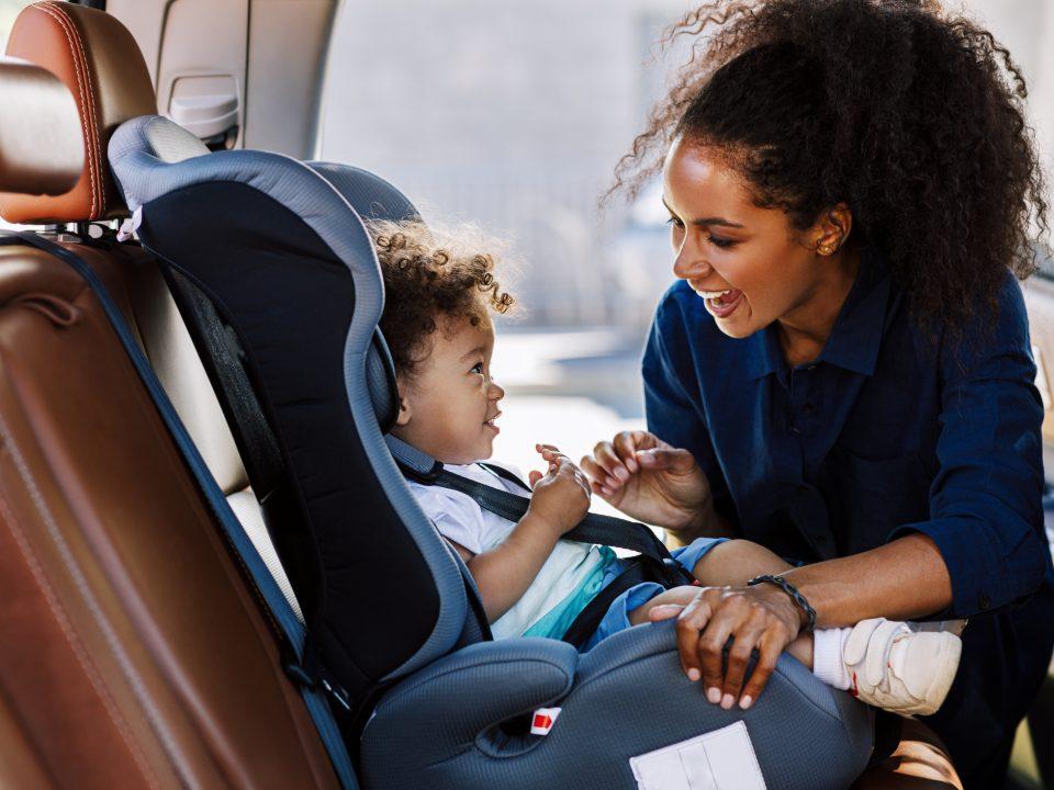 mae com criança no carro